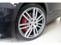 20インチ「ウラーノ」ホイールは人気のデザインです。定番のレッドブレーキキャリパーで足元を引き締めています。