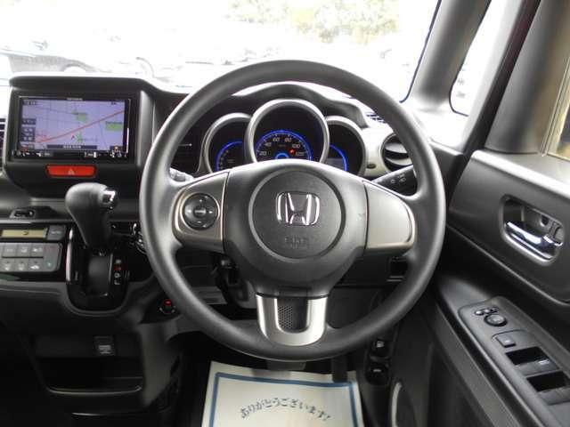 ステアリングの左側にはオーディオのコントロールスイッチがあります。手を離さなくても操作できるので走行中でも安全です。
