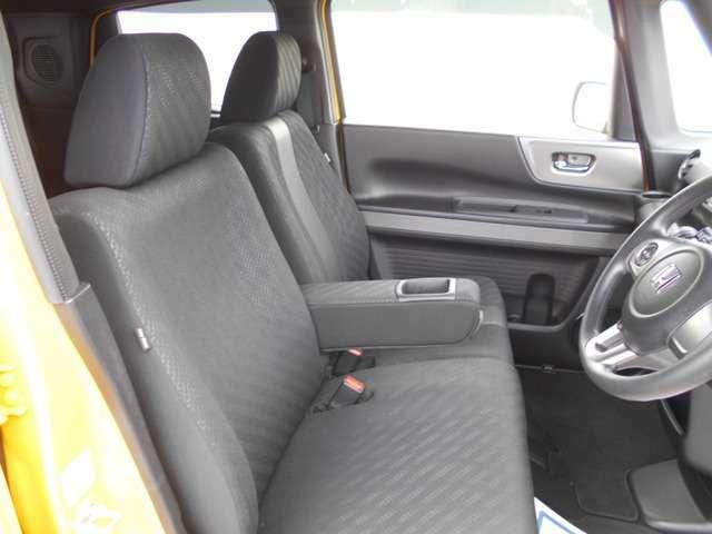 心地よい肌触りで、ゆったりと座れる大型のベンチシート。アームレストも装備していますのでくつろいでドライブできます。
