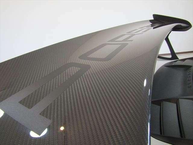 カーボン製リアスポイラーは純正で『PORSCHE』のロゴはヴァイザッハパッケージのみ