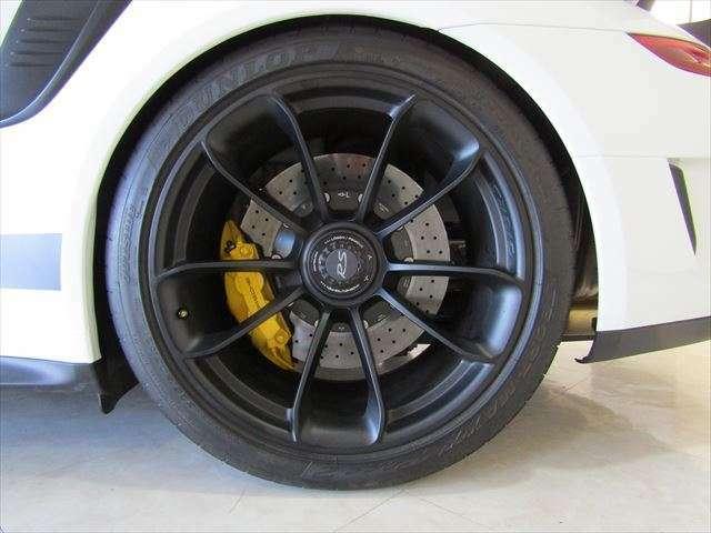 リア:純正センターロック式21インチサテンブラックホイール・325/30ZR21ダンロップ・SPORT MAXXタイヤ