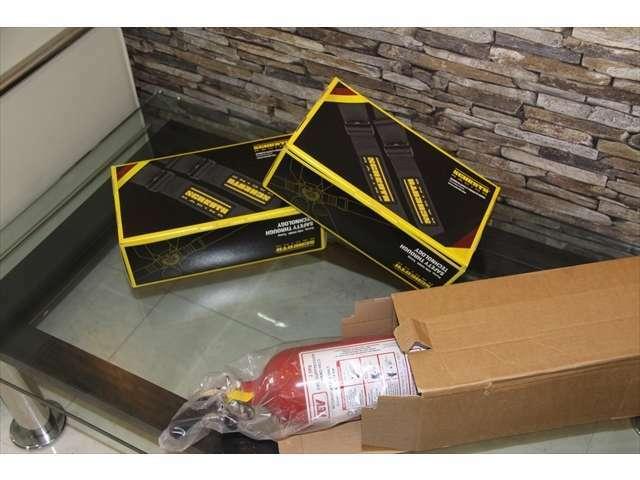 クラブスポーツパッケージに付属する6点式シートベルトと手動式の消火器