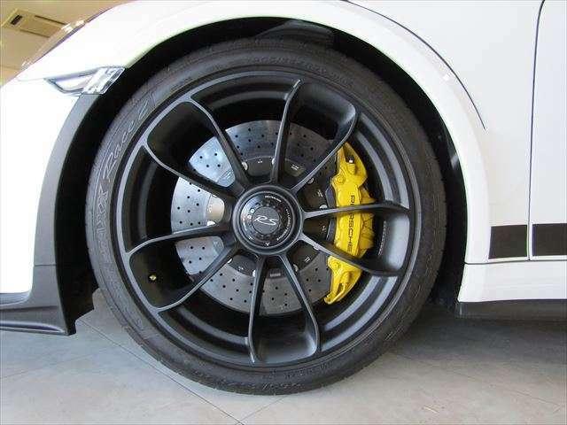 フロント:純正センターロック式20インチサテンブラックホイール・265/35ZR20ダンロップ・SPORT MAXXタイヤ