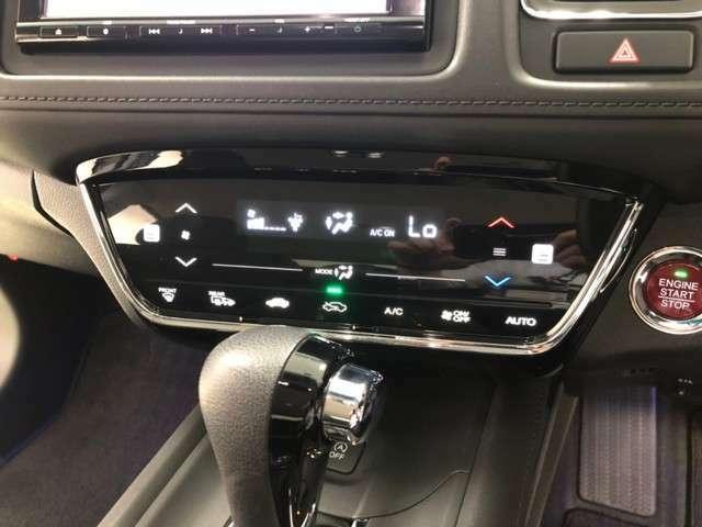 エアコン操作はタッチパネル式。シートヒーターも付いています。