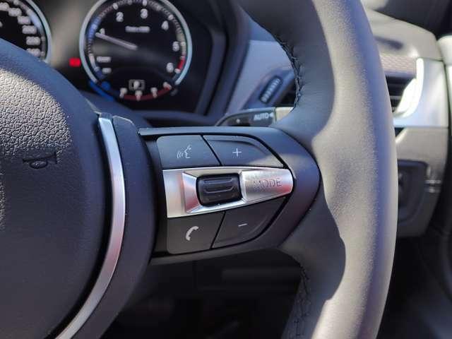 マルチファンクション・ボタン ステアリングホイール上に装備され、電話やオーディオシステムなどを快適かつ安全に操作することができます。