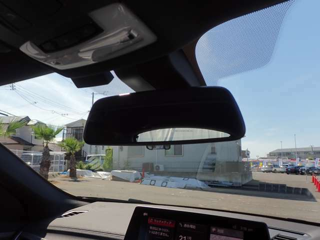 自動防眩ETC内蔵ルーム・ミラー後方からの光が一定以上の強さになると自動的に眩しさを緩和します。