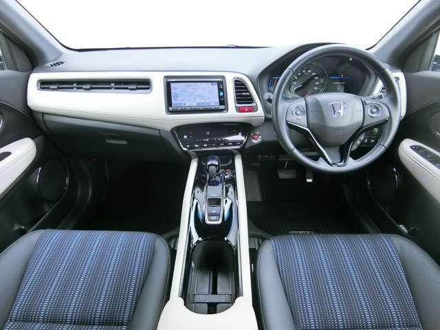 ドライバーを包み込むように、ディスプレイやスイッチ、センターコンソールなどを配置/黒で引き締めた空間と、随所にあしらったアイボリーのコントラストが印象的な、特別なインテリアです