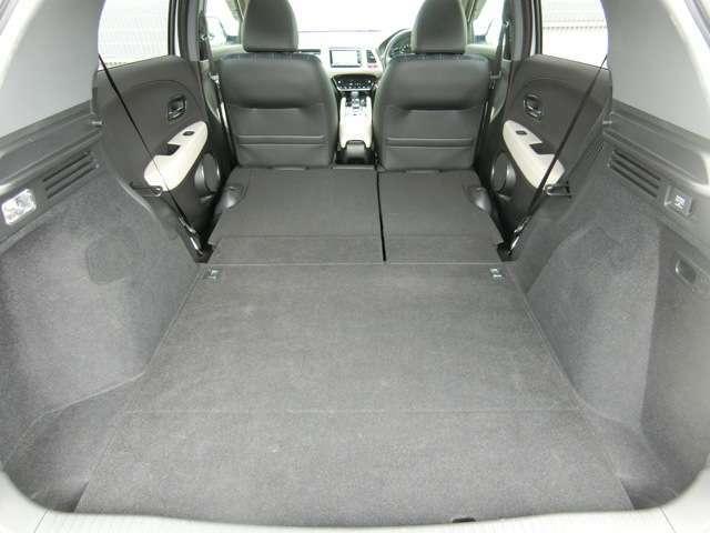 後席をダイブダウンすると、フラットで広大な荷室スペースが完成します/広さと並ぶこだわりは、開口部の低さです