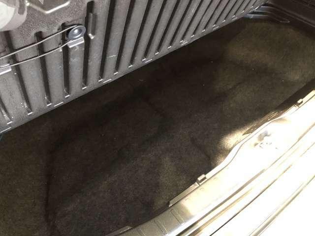 【ラゲッジ床下スペース】トランクの下部に設置された収納スペース。洗車道具やちょっとした工具入れておくのにちょうどいいサイズ。