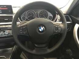 BMWのステアリングはドライバーと車体が一体感に感じれるような操作性を実現しております。また、握りやすさや操作性を向上するためにスイッチ類も配置されております。