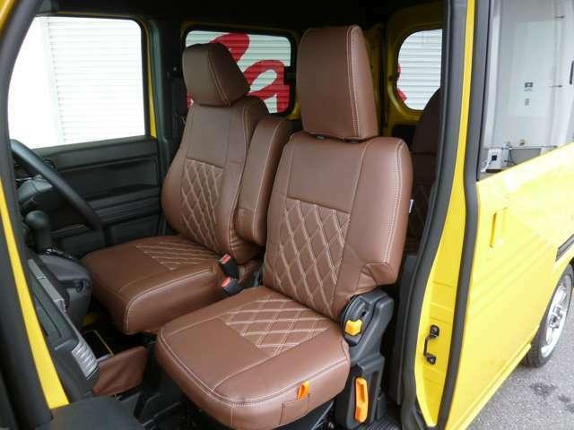 シートカバーは新発売のクラッツィオシートカバーダイヤタイプ、ブラウン/アイボリーを装着!