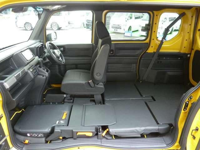 荷室もリアシート格納時で158cm、リアシートを起こした状態で85cmの広い荷室を確保しています!ユーティナットやタイダウンフックも標準で装備していますのでトランポにも最適!