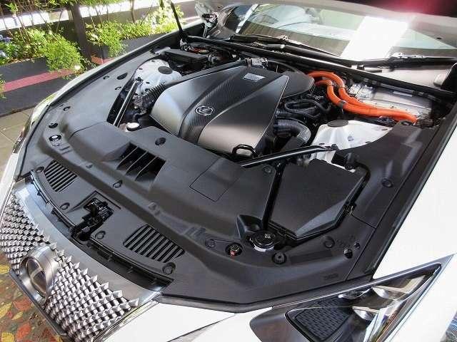 Bプラン画像:ドライバーの加速要求をより忠実に実現できるように、電気モーターからも存分に重厚なトルクで加速アシスト。ひとたびアクセルを踏み込めば、ドライバーの意図に即応した見事にダイナミックな加速を生み出します。