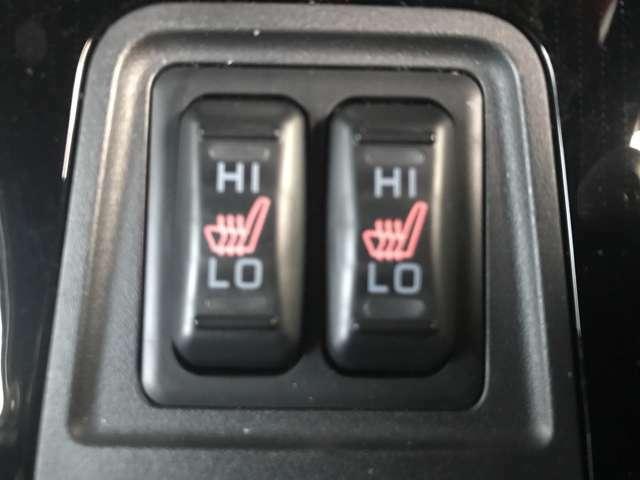 左右フロントシートはシートヒーター付き。