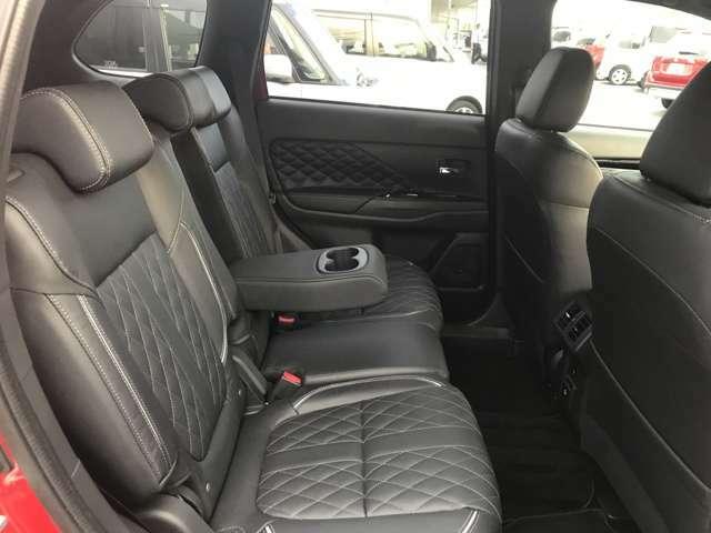 リヤシートのアームレストにはカップホルダーも付いてます。