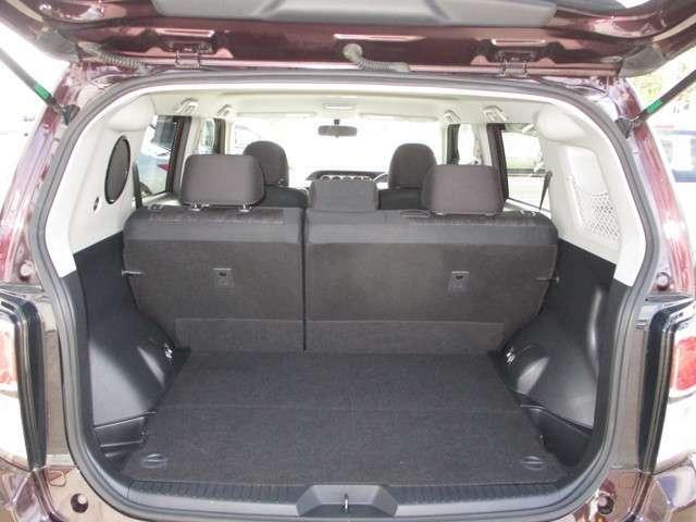 開口部の大きなバックドアで荷物の出し入れがラクです。