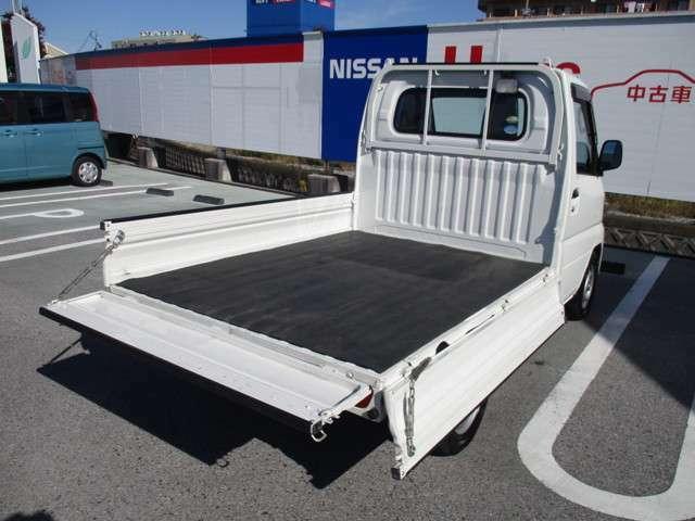 荷物の載せ降ろしが便利な3方開き!後以外に横側のあおりも開くので、前の方の荷物は横から積み降ろしできて便利ですよ♪積み降ろしの衝撃を緩和するマット付です。