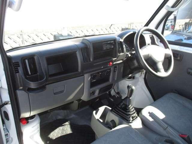 助手席側もカップホルダー付いてます。収納も多いので、車内の小物も片付きます。