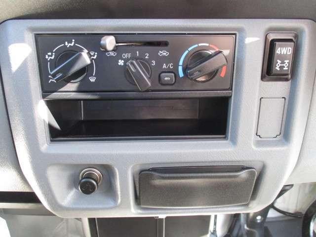 快適マニュアルエアコン♪暑い夏の田んぼや畑仕事の合間の休憩もエアコンがあると快適です。ボタンひとつで簡単切り替えできるパートタイム4WD!雪道やぬかるみでスタックしても脱出しやすいです。