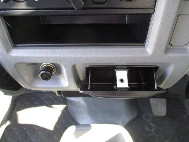 スマホの充電にも便利なシガーライター!グローブボックスアッパートレイや、すぐ下のトレイにスマホを置いて充電できます
