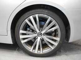 スタイリッシュなデザインの純正19インチアルミホイールです!タイヤのサイド部にある補強ゴム層により、万が一タイヤがパンクして空気が抜けた状態でも車両を支えてくれるランフラットタイヤを装着しています。
