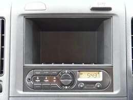 AM/FMラジオを標準装備。16cmフルレンジスピーカーを2個、フロントドアに設け、深みのある音質を実現します。デジタルクロック付で、時刻をすぐに確認できます。