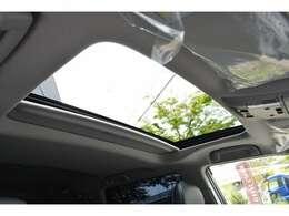 ■メーカーオプションのムーンルーフを装備している為車内に心地いい開放感を与えてくれます。