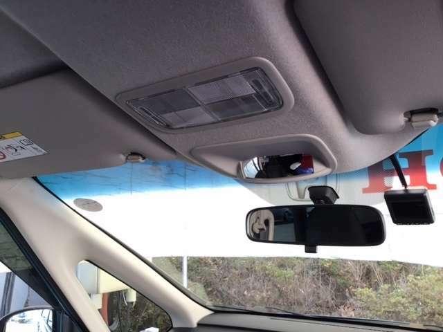 まぶしい日差しをやわらげる、青色のハーフシェイドフロントウィンドウがついています。また、フルオートエアコンで快適です。