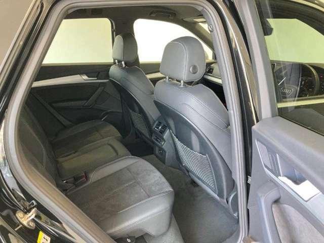 分割可倒式リヤシート。後席のリリースロック機構により2分割で前方へ倒れるリヤシート。トランクに入りきらない長い荷物も積載可能です。