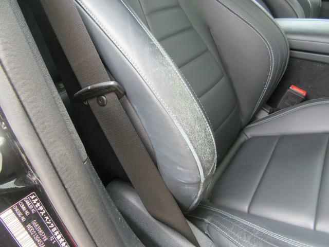 運転席に擦り傷がございます。