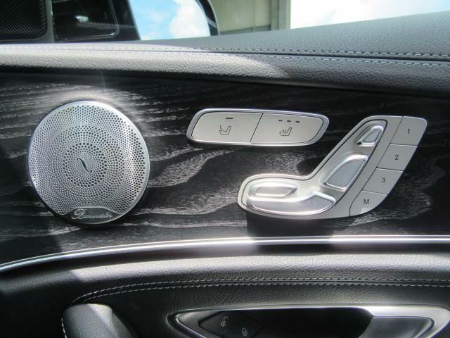 運転席と助手席には、メモリー付きパワーシート・シートヒーター・シートエアコンが装備されています。