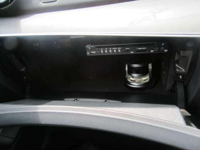 グローブボックス内には、車内の香りをアレンジするパフュームアトマイザーが装備されています。