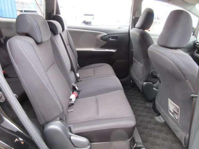 2列目シートもグッドコンディションです♪ 人気のベンチシートモデルとなります♪ 2列目シートには3人まで乗車が可能です♪