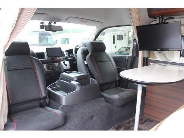 運転席と助手席の後ろにマットを装備しておりますので、4人でテーブルを囲うことも可能です☆