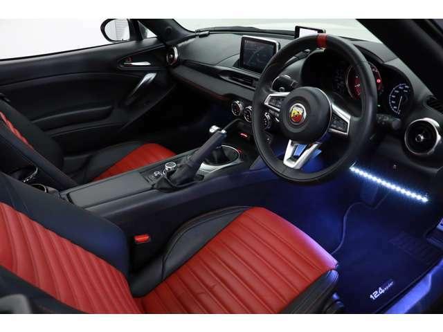 通常のシートはハーフレザーですがこちらのお車にはオプションにて赤と黒のツートンレザーシートが採用されております。