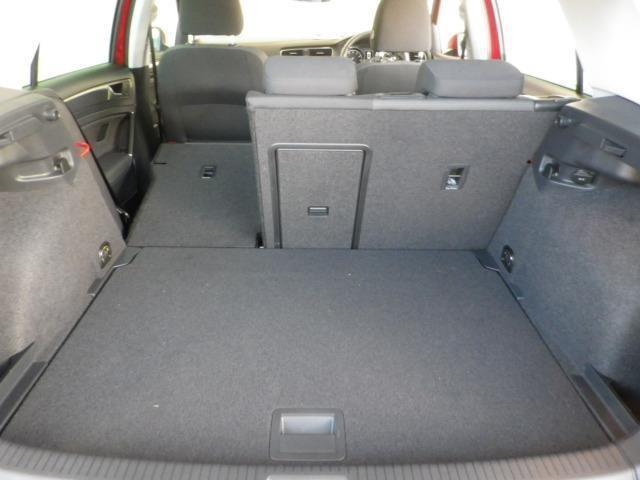 普段使いには十分な広さのラゲッジスペース!後席を倒せばより大きな荷物も載せられます!