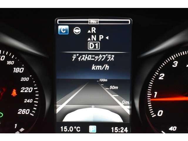 ステアリングアシスト付ディストロニック・プラス。2種類のレーダーによって先行車を認識し速度に応じ車間を維持します。車線のカーブと先行車両を認識し、車間を維持しながらステアリング操作をアシストします。