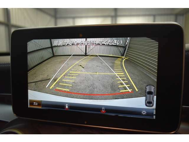 バックカメラ搭載!シャープなディスプレイによる鮮明な画像 後退時にハンドルの切れ角から、進行方向を予測するガイドライン付き。更にステアリング操作を自動で行うアクティブパーキングアシスト付