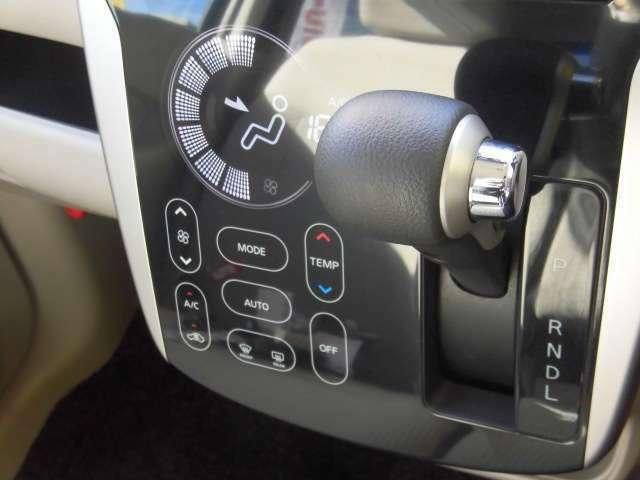 車内の温度調節が簡単にできるオートエアコンです★