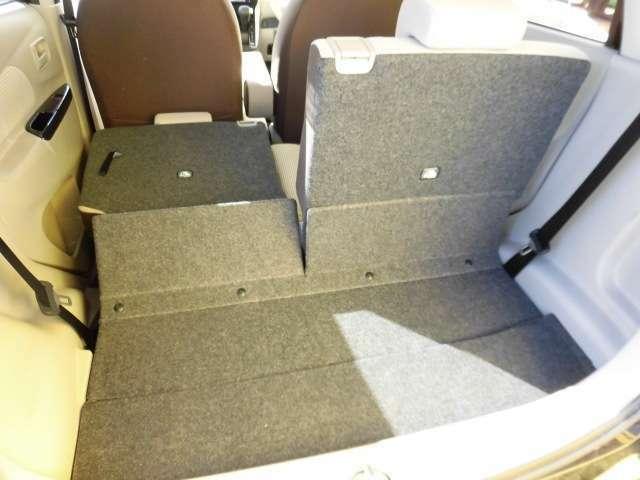 左右独立してシートが倒れます。後部シートを倒すと大きな荷物も入ります。
