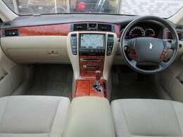 内装はアイボリー色を基調とした明るい雰囲気の車内になっております♪パネル類にも目立つ汚れ等も無くとてもキレイな状態です♪