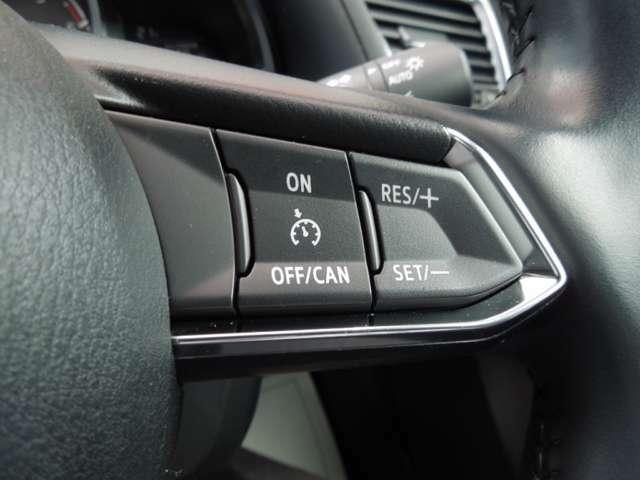 レーダークルーズコントロール付車です。こちらのステアリングスイッチで設定が可能で、車間距離の認識、車速の設定、追従走行等が全車速において可能です。高速走行時等で大変便利です。