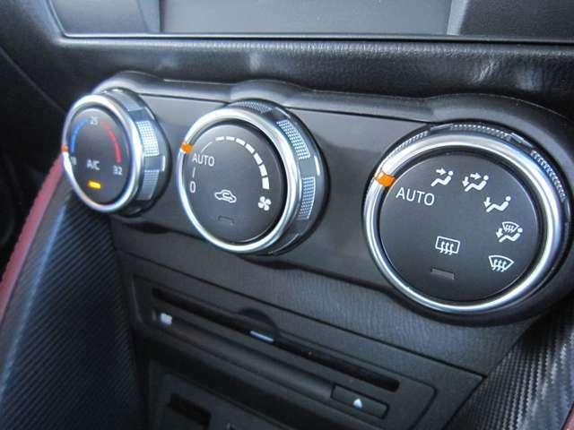 スイッチ1つで室内を設定温度に保つよう、風量や吹き出しモードを自動調整するフルオートエアコンを採用。運転に集中できる快適な車内環境を実現します。