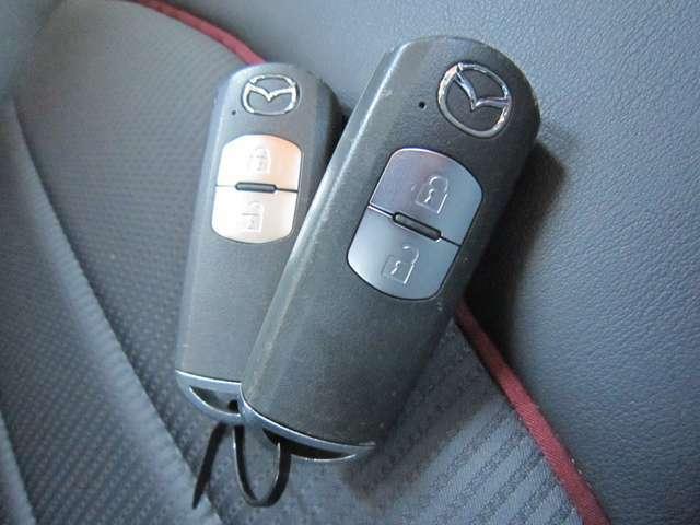 ドアの解錠、施錠、エンジンスタートまで手軽に楽々行えるスマートキーを装備!鍵を携帯していれば取り出さなくてもスマートに乗り込めます。エンジンは、プッシュスタートで始動し、運転までの手間を取らせません。