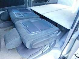 通常の乗用車として、シートレイアウトが可能です!車中泊時にベッドにもなります☆