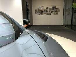 オプション「カーボンファイバー・ルーバード・フロントウィング」は約170万円。「カーボン・ドアミラー・アーム」は約65万円。