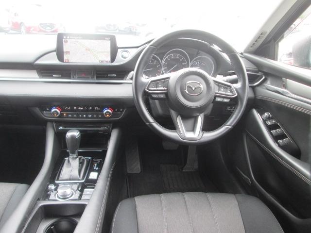 運転席にはフロントガラス照射タイプのアクティブ・ドライビング・ディスプレイを搭載。さらに20SプロアクティブにはTSR交通標識認識システムを装備。速度制限などの標識を表示します。