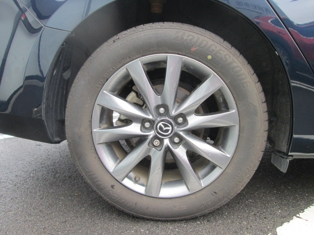 17インチアルミ装着。タイヤサイズは225/65R17です。17インチアルミホイールにはストレートなスポークにひねりを加えた構成によって、強さと軽さをバランスさせたデザインを実現しています。