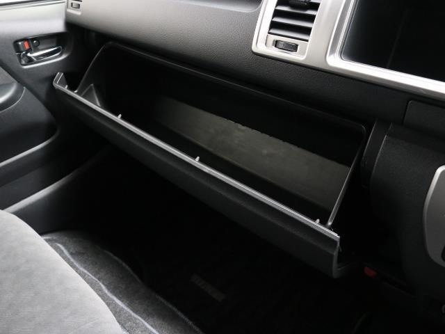 小物入れも充実しています。 クルマの中って意外と小物が多くなりがちですよね。 快適な車内だと家と同じようにリラックスしちゃって、あれも欲しいなこれも欲しいなってつい手元に置いちゃいますよね。