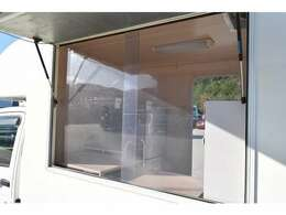 跳ね上げ扉の大きな販売口となっており、2枚のアクリル窓付きです☆